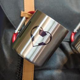Mug en inox Ø 8 cm hauteur 9 cm avec mousqueton rouge (vendu à l'unité)