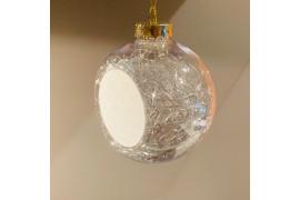 Boule de Noël en plastique Ø 8 cm aux cheveux d'anges argentés (vendu à l'unité)